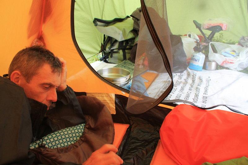 С вчерашнего вечера дождь так и не прекращался, а ночью был очень сильный. Палатка Юрия стала давать потихоньку течь. Точней ошибка была наша, не следовало стелить тент под палатку, так как на нем собиралась вода и не куда ей было выходить из тамбура, она заливалась вся к нам. Мы решили его больше не стелить. К 12 часам дня, мы практически лежали как в ванне, промокло все и спальники и надувные коврики. Вставать было не охота.