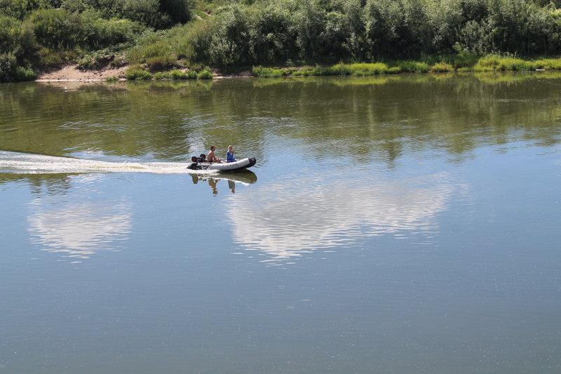 Сразу слышно дыхание большого города, что он где-то рядом. Все чаще на реке стало оживленней движение, в основном моторки.