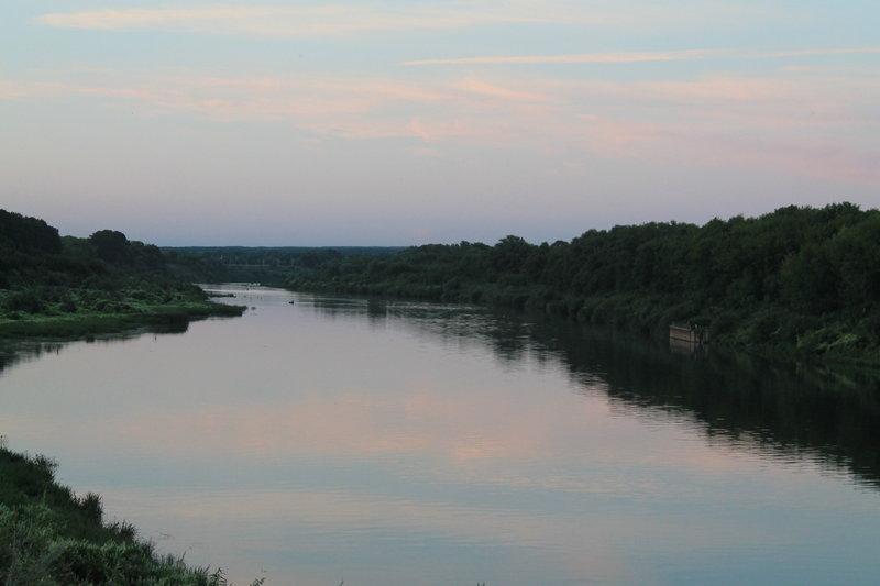 Не заметно подкрался вечер, конечно же срочно на стульчик и любоваться вечерним закатом на реке. Нет ничего прекрасней!