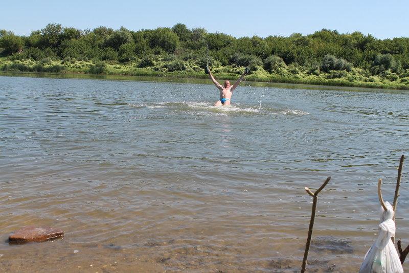 Большую часть дня я посвятил купанию, на нашей стоянке удобный пляж, с хорошим заходом в воду, чистое дно, песок с маленькими камнями, грязи и ила нет. До самого вечера я плескался.