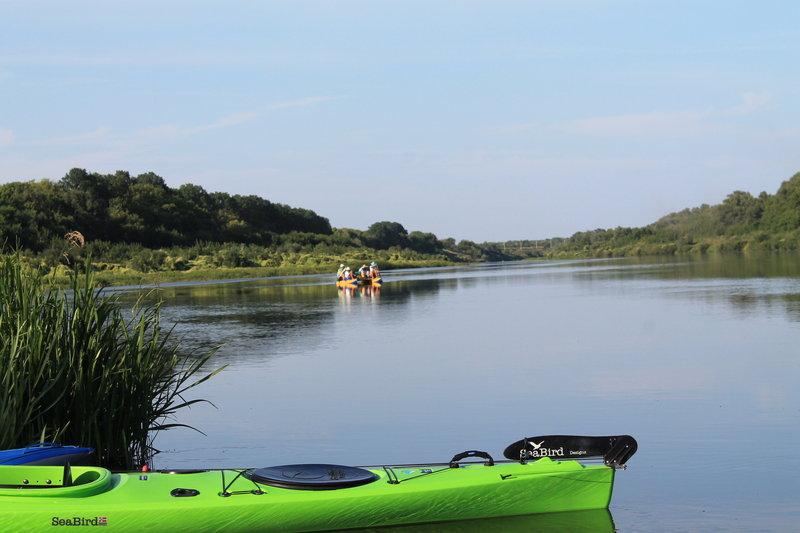 С утра уже началось движение на реке, проплывали ребята на катамаране, мы поздоровались с ними.