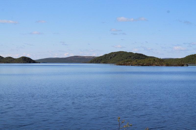 А пока немного познавательной географии. Озеро относится к бассейну Баренцева моря, связывается с ним через реку Ура. Лежит на высоте 141.4 метров над уровнем моря, в холмистой и лесистой местности. Высота окрестных сопок достигает 310 метров, самые крупные из них: горы Малый Мелуайвиш (270.2 метра) Салжвыд (309.9 метра). Берега Налъявра покрыты елями и березами, с высотой деревьев 1-3 метра.