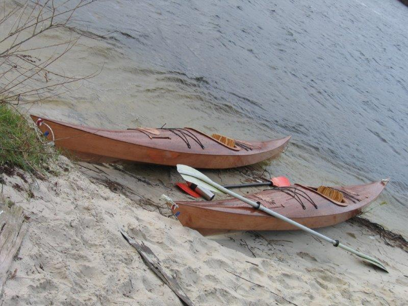 Каяки пока мирно отдыхают на берегу
