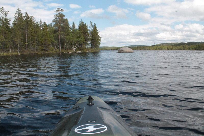 На озере есть несколько островов, на двух из них я удачно причалил и произвел осмотр местности.