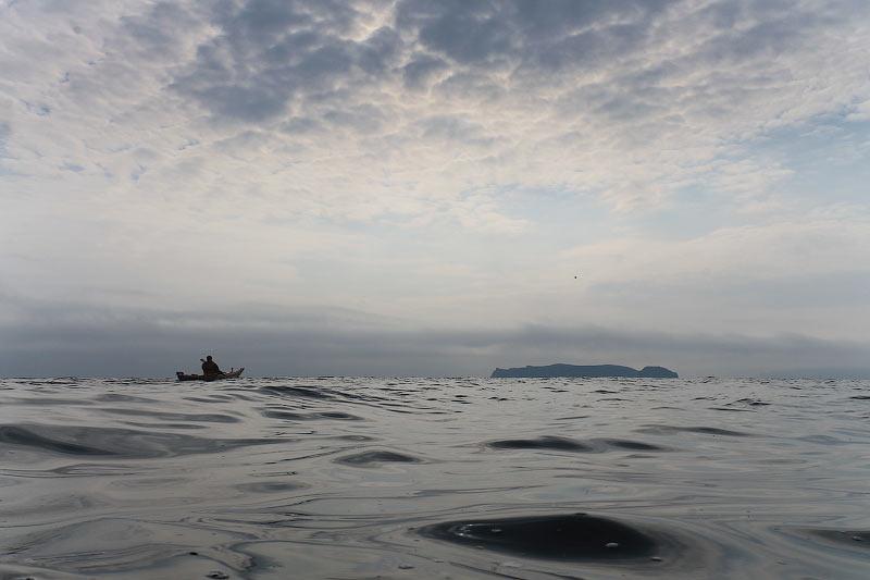 Первая остановка случилась на острове Наумова. На нем решили  идти по стороне островов закрытой от морских волн. Я считаю что мы не  прогадали. Все два дня мы скользили по восхитительно гладкому морю. Было пару  участков волнения, но они совершенно не в счет.