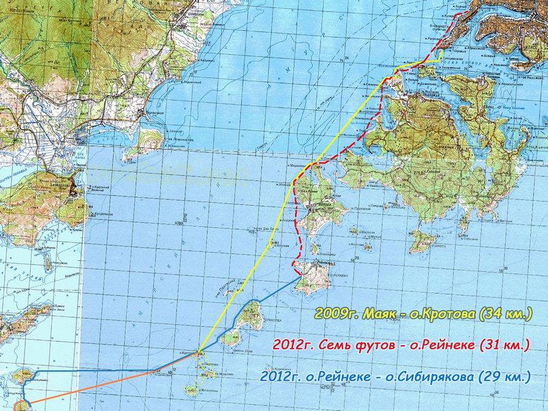 Зато в 2012-м первый переход превратился в целое приключение. Как раз в это время во Владивостоке проходил саммит АТЭС. В городе оставаться не хотелось, хотелось сесть в лодку и отправиться в далекие странствия. Однако с отплытием были некоторые затруднения - на время саммита большой кусок акватории вокруг Владивостока закрывался для плавания. Выбираться из города нужно было заранее. Я собирался выйти в последний день не слишком поздно, так, чтобы в 12 ч. ночи, когда акваторию закроют, уже преодолеть запретную зону. Пройти нужно было до дальнего конца о. Рейнеке, это приблизительно 30 километров. Но с работы раньше вырваться не удалось, пока я все подготовил к выходу уже почти стемнело. Оставалось всего два с половиной часа до закрытия. Я надеялся до этого момента хотя бы отойти подальше от города, где будут гонять с особенным вниманием. Стартовал я на этот раз не с Маяка, а от стоянки яхт-клуба Семь Футов. Это на 40-50 мин. больше пути, но в остальном удобнее. Когда я перед отплытием загружал лодку своим походным скарбом на причале, на стоянку один за другим из морей возвращались аквабайкеры, возбуждено обсуждая между собой большую волну и заградотряды катеров с мигалками. Ни то ни другое меня совсем не радовало. Отчалил я уже в темноте. Пошел на небольшом отдалении от берега, чтобы по возможности не попасться патрулям, понимая, что если они меня встретят за полтора часа до закрытия, наверняка захотят завернуть обратно. Из этих же соображений свет тоже старался без необходимости не зажигать. На голове был мощный фонарь на всякий случай. Я его включал пару раз, когда нужно было разойтись со встречными лодками. Хорошо, что их всех уже распугали патрули. В районе Босфора дежурили два катера. Чтобы их обойти пришлось сделать крюк. Один катер было начал в мою сторону рыскать прожектором, но через время прекратил,обошлось. Потом был еще патрульный катер, стоял на удалении от берега перед проливом Старка. Я от него проходил довольно далеко и уже не боялся почти, хотя к то