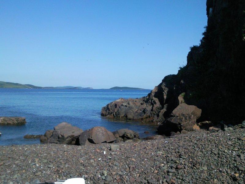 С восточной стороны есть маленькая бухточка. При подходе мне показалось, что она усыпана камнями, и мы не стали высаживаться там. Но купаться и нырять там точно хорошо.