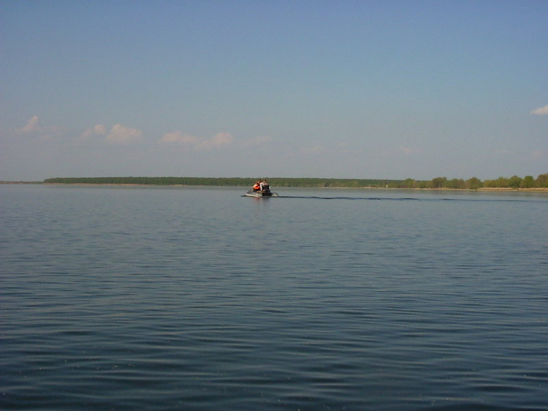 волны от проходящей мимо лодки(в ней явно сидели первоклассники - лодка ехала так медленно, что за время пути я обогнал ее раза 2 точно, (останавливался чтоб фото сделать))