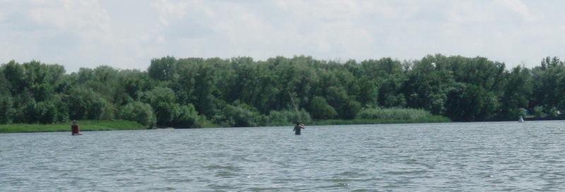 Встретил рыбака посредине Дона. У бакена глубина метров 12. Поболтали. Сказал что дальше заходить холодновато. Но с другой стороны внуки у него уже есть. :-)