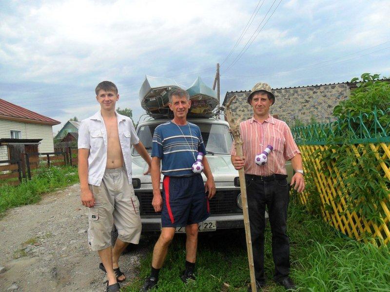 И, вот этот день настал, закупили самое необходимое для экспедиции (флаги и дудки футбольных болельщиков), наполнили продуктовую корзину. Вещи собраны, пнули пару раз по колесам, дворники проверили, как полагается, присели на дорожку и в путь. А дорога дальняя 450 км. Все дороги в Горный Алтай идут через Бийск. Федеральная трасса Новосибирск-Ташанта.