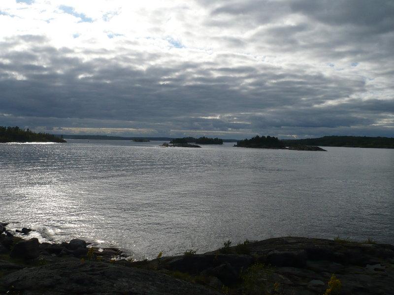 Покружив меж островов встал на отличной стоянке, сев. сторона о. Бол. Черный.