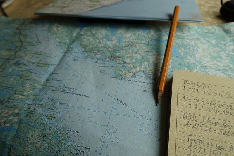 И вот снова, как и в прошлом году, я засел за лоции, карты, немногочисленные и скупые отчеты. По большому счету, о Терском береге с точки зрения каяка известно немногое, ходили его редко, больше на катамаранах, но и от тех осталось немного информации. Часть нашего маршрута, до Чаваньги, прошли Северные просторы, и по их описаниям я смог отметить одно место, где мы могли бы остановиться и одно, где точно не стоит этого делать. Внимательное изучение фотографий на Google Earth показало места, используемые туристами и рыбаками для стоянок, и все они были перенесены на единственную найденную в Москве карту Мурманской области масштабом 5км. В целом удобно иметь пятикилометровку с отметками основных опорных точек и расстояниями. Расстояния в этот раз я промерял тщательнее, и линейкой на картах и курвиметром, закладывал сверху 10% и как показал результат, погрешность была минимальна.