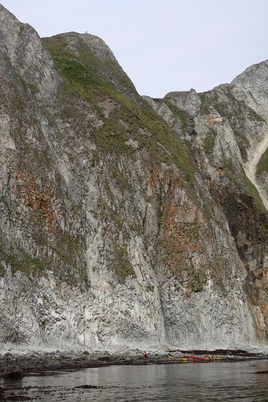 Как раз на нашей первой остановке мы замечаем высоко на скалах семейство горных баранов, около семи особей. Мы уже находимся на территории заказника «Берег Чубука», где охраняются эти животные.