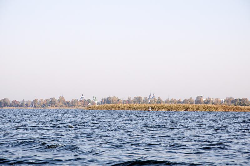 За мысом знаменитый Кирилло-Белозерский монастырь, но к этому времени я уже утомился бороться с ветром, лодка все-таки здорово парусит, да и небо не важное для фото. И не пошел.