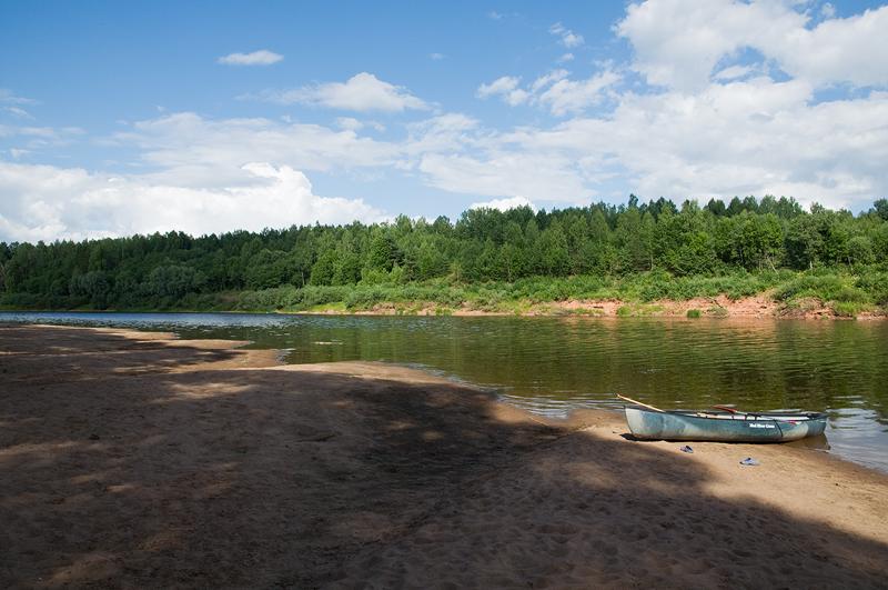 После четырех дней скитаний мы нашли отличное место с песчаной косой, теплым мелководьем, отсутствием всякого присутствия жилья и решили устроить тут дневку и поворачивать обратно. Кто ж мог предполагать, что это рыболовная Мекка! К вечеру весь противоположный берег был засижен рыбаками, а по реке на моторах, отравляя воду и наше существование, сновали лодки. В вечерней тишине далеко над рекой разносились сетования рыбарей на окаянную рыбу. Они ее и так и эдак, а она вишь клевать не желает и кто она после этого. Много новых слов узнал старший сын и просил разъяснений. Очень необычно звучит отборный мат из уст ребенка.