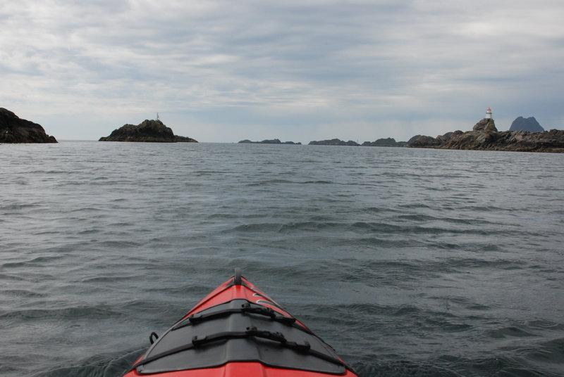 За мысом опять фьорд. Ширина 5 км. Ребята, двигаясь вдоль берега, сворачивают вглубь. Я договариваюсь, что буду ждать их на другой стороне фьорда, и полетел напрямик!   И вот я один посреди моря! Вдали от берега ветер стих, море стало ласковым. И я рассекаю его своей лодкой. Мне помогает мягкая попутная волна.