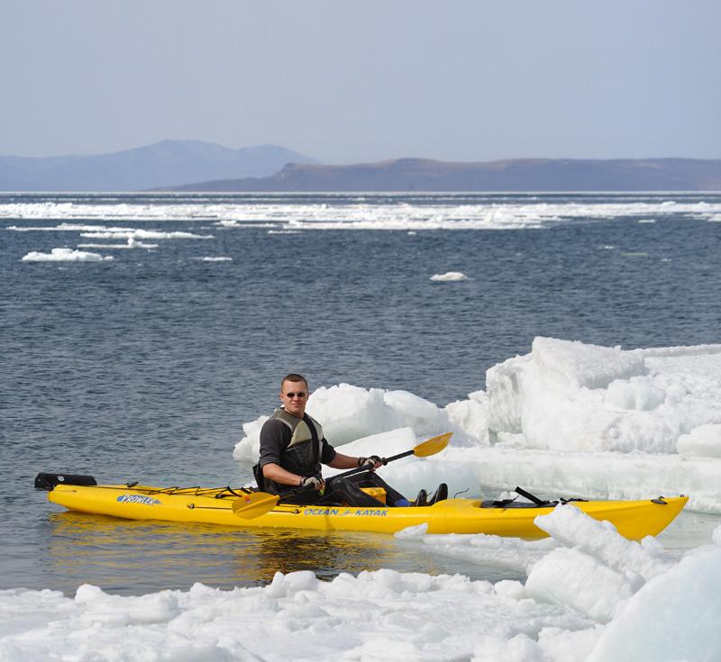 Ледовые поля расползлись хитромудрым лабиринтом, можно целый день играть в Титаник, протискиваясь меж айсбергов.