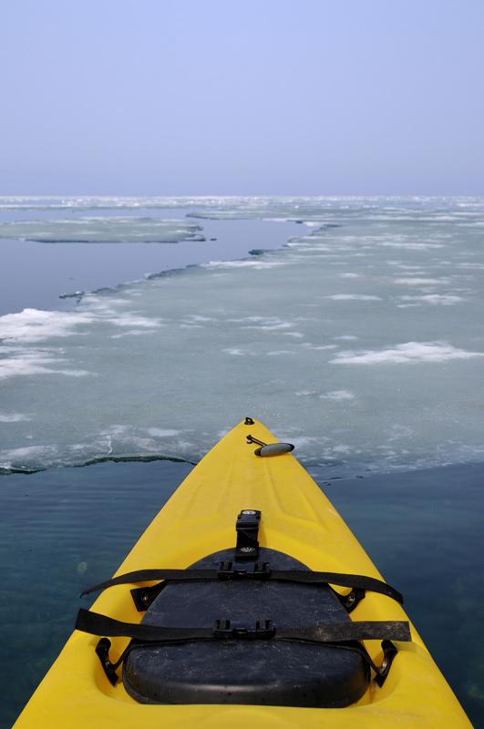 Через несколько километров начались сплошные ледяные поля, а периодически опускающийся туман мешал искать свободный фарватер.