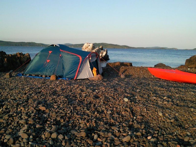 По моим ощущениям на острове, более чем на сутки, с комфортом могут разместиться 6-8 человек (3-4 палатки). Пресной воды на острове нет. Дров тоже.