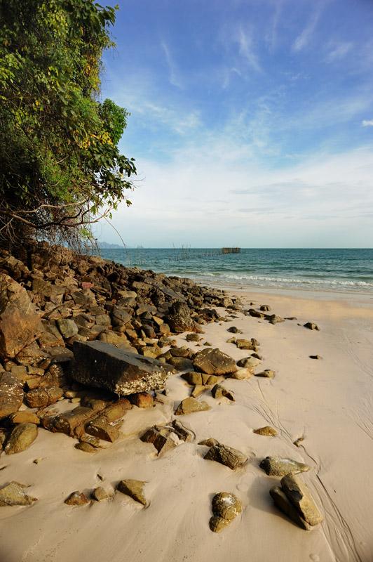 Камни, песок, вода и прочие элементы тропического рая.