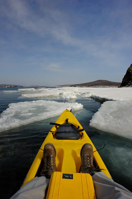 Забавное занятие —протискиваться в лабиринте трещин, сквозь сияющий изумрудный лед и черную холодную воду.