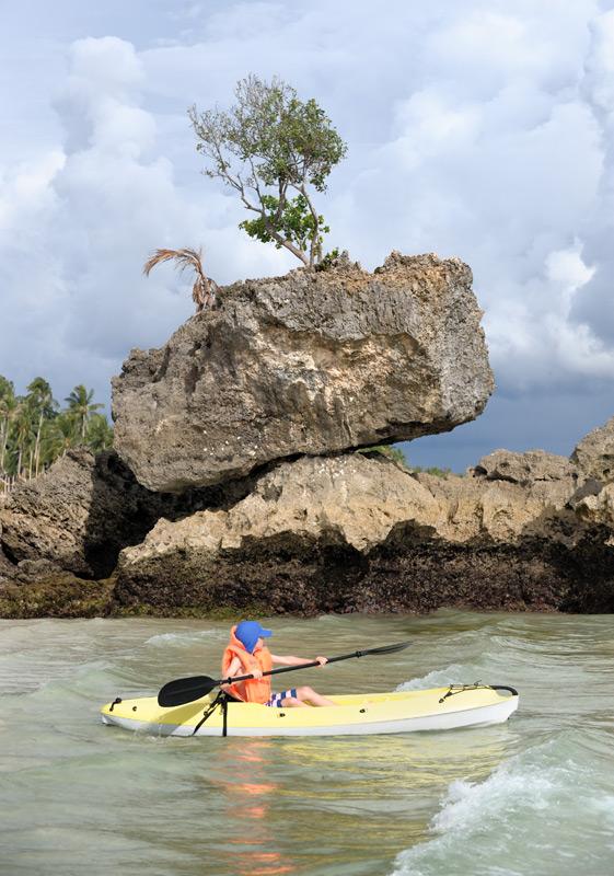 Плаваю около скал.