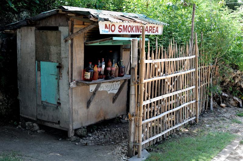 Местным «бутылочным» бензозаправкам нет смысла особо биться за клиента, можно спрятаться за заборчиком. Поскольку альтернативы нет, на филиппинские бензоколонки мотоциклы обычно не пропускают.