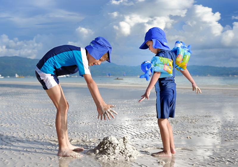 Я и мой брат начинаем строить замок.