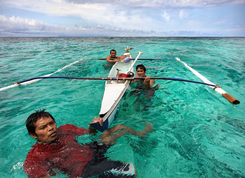 Боракай — небольшой коралловый остров на Филиппинах, по причине хороших пляжей, белого песка и близости к аэропорту, являющийся местным объектом туристического паломничества. Славен отсутствием каких-либо достопримечательностей, кроме бирюзового моря, шуршащих пальмами берегов и обширной системы гротов и пещер — главной цели моего путешествия.