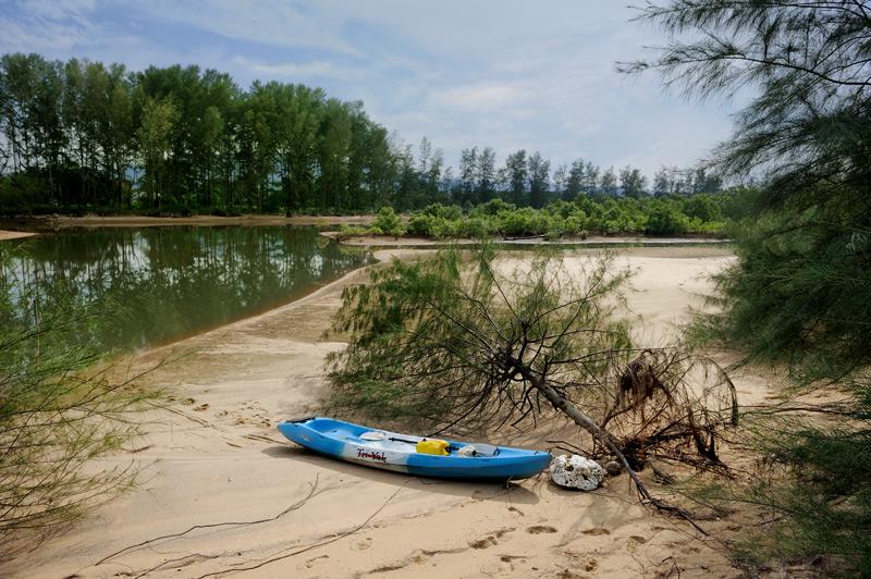 Прогулке по водным лабиринтам Пханг Нга удалось уделить несколько дней, воспользовавшись в качестве плавсредства бесхозным каяком, вполне пригодным для болотной гребли.