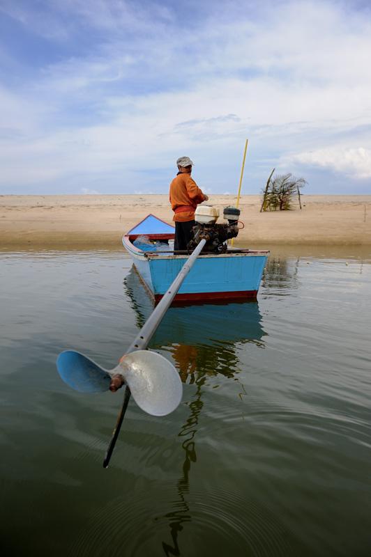 Рыбаки курсируют преимущественно в направлении деревень и садков с рыбой. Основная часть каналов и проток используется лишь лягушками.
