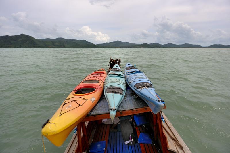 Есть лишь одна проблема — В Таиланде практически нет морских каяков. Прокатные конторы, за редким исключением, предлагают лишь пляжные сит-он-топы, отлично подходящие для непродолжительных прогулок, но малоприятные для более длительных путешествий.
