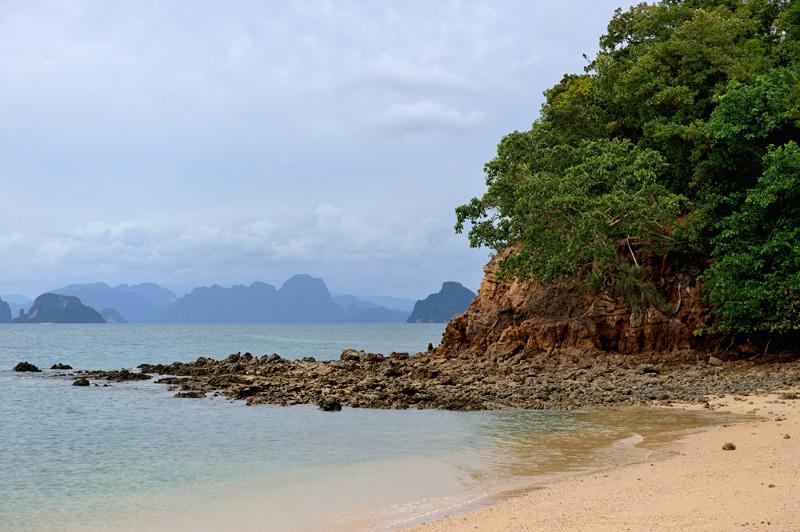 Места эти — пронзительно красивы и словно специально созданы для неспешных прогулок на морских каяках.