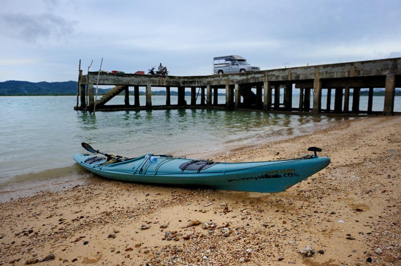 Найти же нормальный сит-ин каяк весьма сложно. На весь Таиланд лишь две турфирмы имеют в своем парке такие лодки. Единственный тайский производитель полиэтиленовых каяков не отвечает на письма. Правда можно купить каркасный каяк, но по негуманной цене.