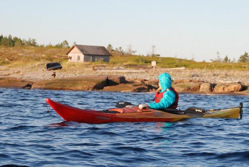 19:08. На противоположном берегу губы тоже есть тоня. Мы на неё посмотрели с воды, выглядит мрачно, двинулись дальше.
