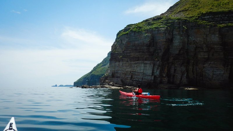 Берег у острова преимущественно скалистый. Песчаных пляжей не видели. В основном везде крупная галька и круглые крупные камни.