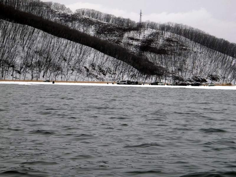 Автомобили самых энтузиастых рыбаков, не убоявшихся раскисшего льда...