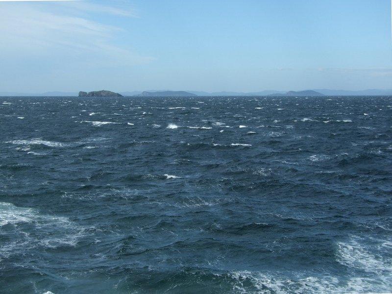 После этого я лодку отложил в сторону, ходил по суше. Облазил весь островок сверху до низу, обнырял его вокруг по периметру с маской.Торопиться было некуда, у меня как раз была пара запасных дней на пережидание непогоды. Я читал, фотографировал, просто сидел на скале рядом с лагерем и наблюдал море – типа медитировал.