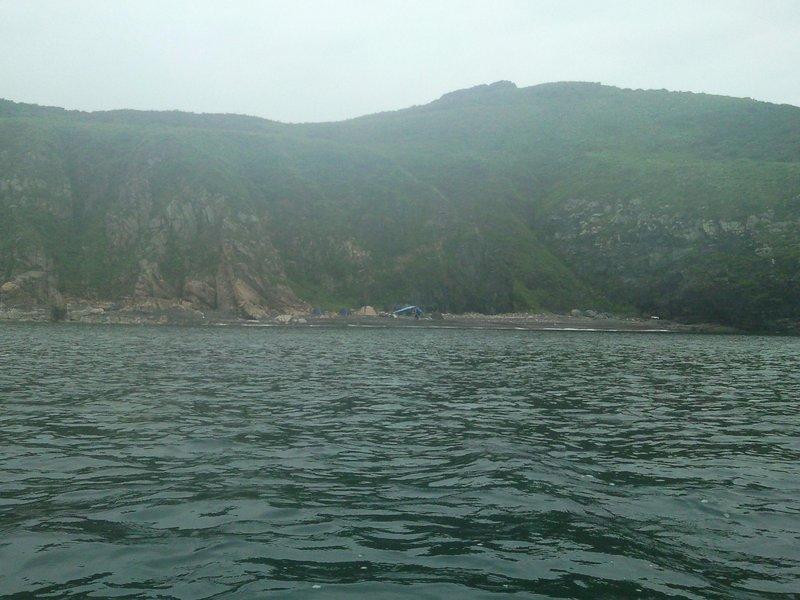 Удобное место (берег - песок и мелкая галька) в этой части острова было, но там уже стояло палаток 8. (фото сделано при отходе, поэтому палаток уже меньше)