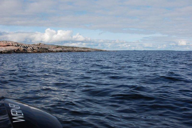 12:32. Под мачтами из-за горизонта появился корабль.
