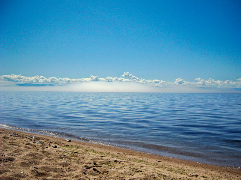 Что говорить, приятно после долгой сибирской зимы вот так просто посидеть на песочке и попялиться на залитый солнцем горизонт. Мимо неспешно проносится утренний туман, заглатывая на своем пути одинокие корабли.