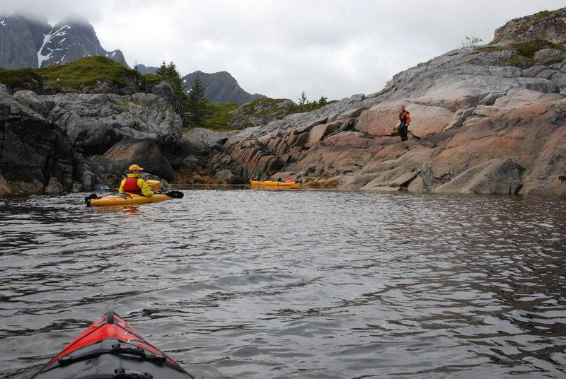 Ну обед, значит обед. Причаливаем, вылезаем из лодок и не без труда по скалам выкарабкиваемся наверх. Остров оказался очень фотогеничным.