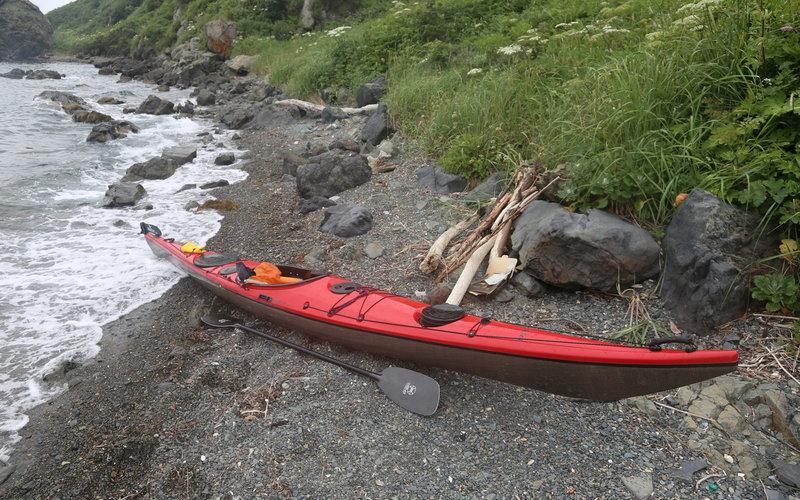 Бродя вокруг лодки, обратил внимание на камни (см. фото выше). А там ползет змейка. Фотик был не в руках. Пока доставал - лицо запечатлеть не удалось.