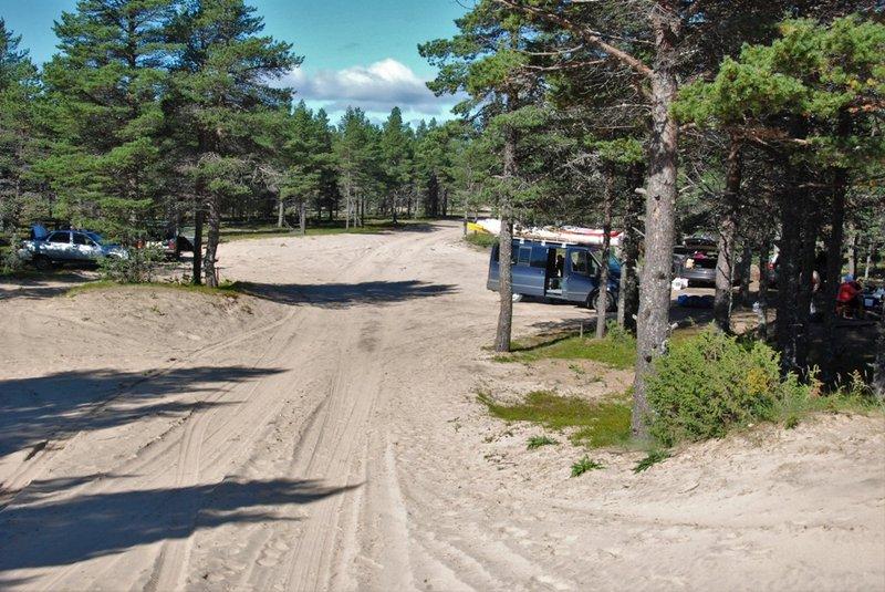 Граница леса и песков видимоявляется излюбленным местом отдыха местного населения, т.к. мы видим тут многомашин.А место и впрямь удивительное.