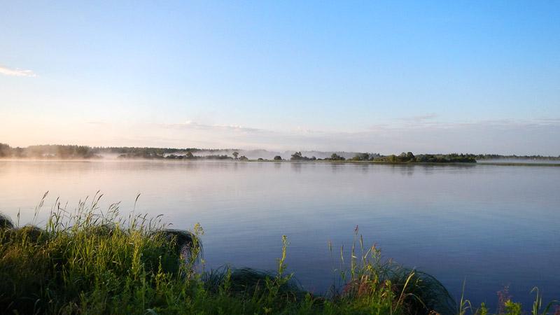 На странных берегах. Утренний туман скоро растает окончательно.