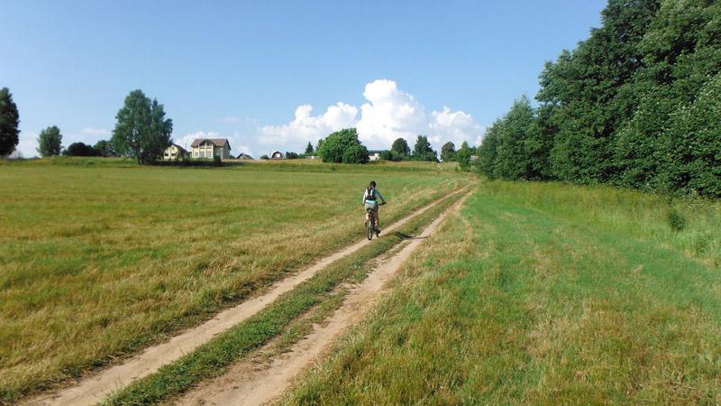А вот и само Сумароково (дикторская разминка) с нашими любимыми грунтовыми дорогами.