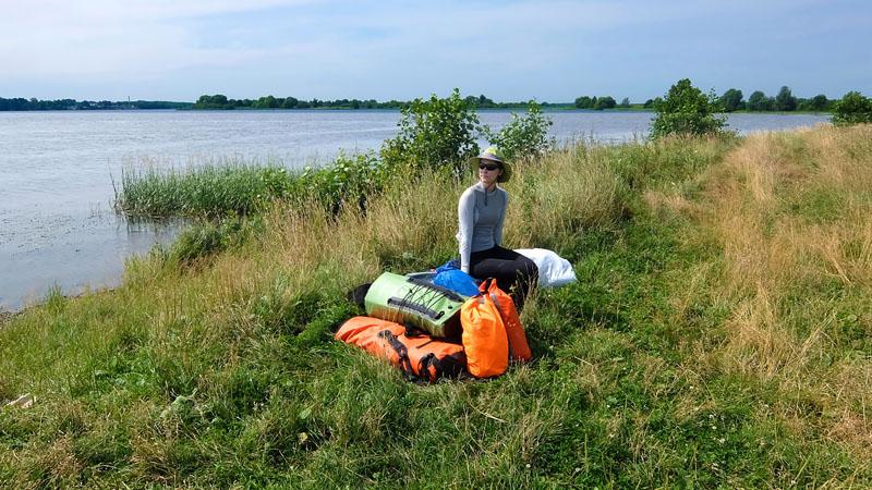 Каяки и снаряга доставлены на побережье Волги недалеко от Саметской промоины – входа в Костромское водохранилище. Это наша традиционная точка старта и завершения походов по водохранилищу.
