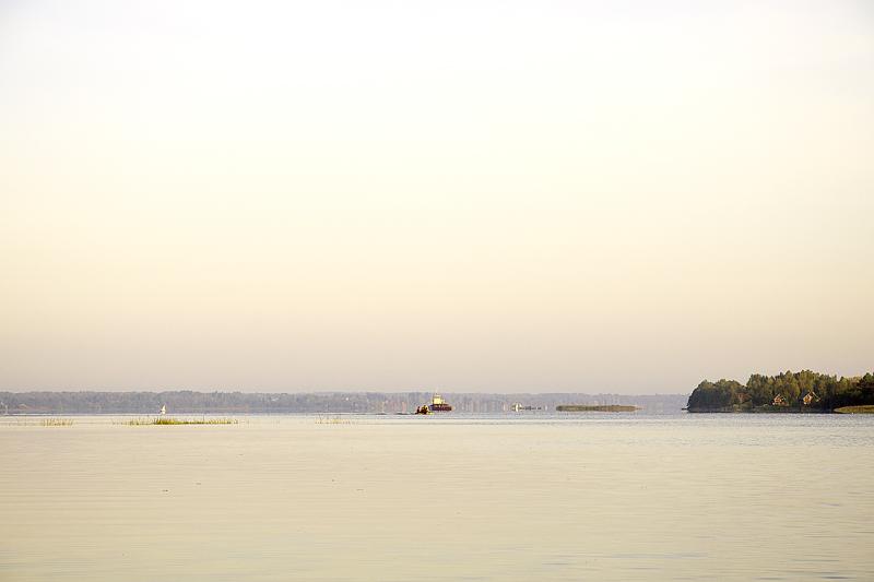 Озеро в туманной дымке, но очень скоро ветер поднимет волну.