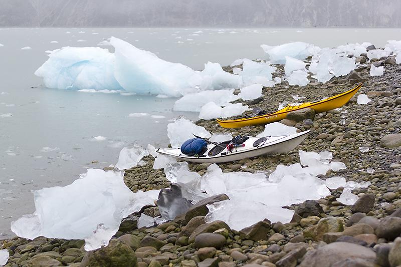 Идем до входа в залив у ледника McBride. Пик отлива. В горле залива текучка волочет льдины, скорость около 2.5 узлов. Уворачиваемся от льдин, паркуемся. Решаем остаться, потому что уверенности в том, что можно найти стоянку дальше к началу фьорда нет. Фотоаппарат из за влаги сдох, и живет собственной жизнью. При попытке включения снимает ломографические серии и не реагирует на внешние раздражители кроме выкл. Сегодня я сплю не только с мокрыми носками в спальнике, но еще и с фотоаппаратом.  Пройдено 10 км.