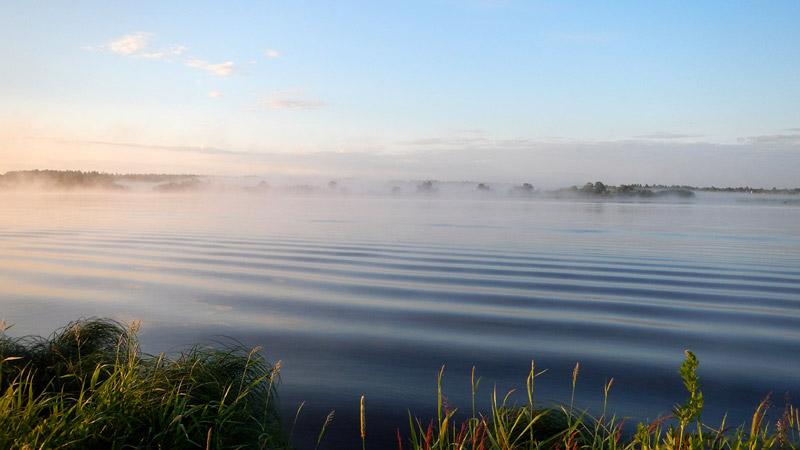 Даже волнение на водной поверхности в утреннюю пору успокаивает и умиротворяет.